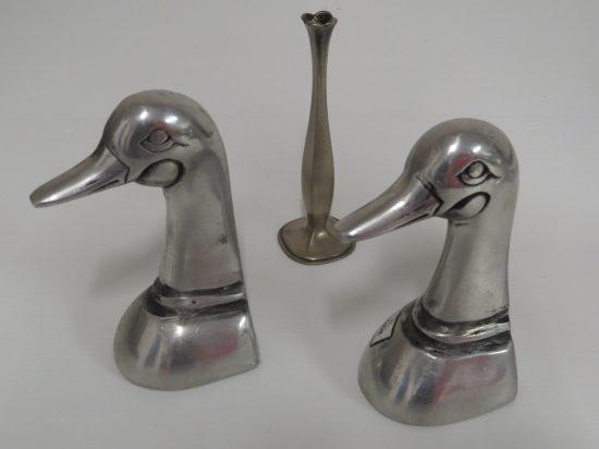 Lote: 1 - Lote: 1 - 2 figuras de patos en peltre y candelabro bronce