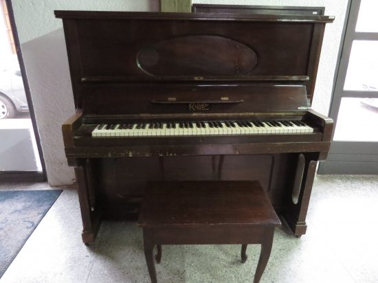 Lote: 71 - Lote: 71 - Piano frontal