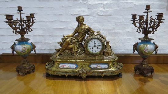 Lote: 55 - Lote: 55 - Garniture Frances con bronce y porcelana