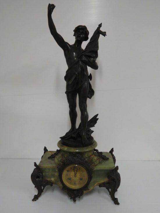 Lote: 54 - Lote: 54 - Reloj de masa con onix y figura en bronce sellada
