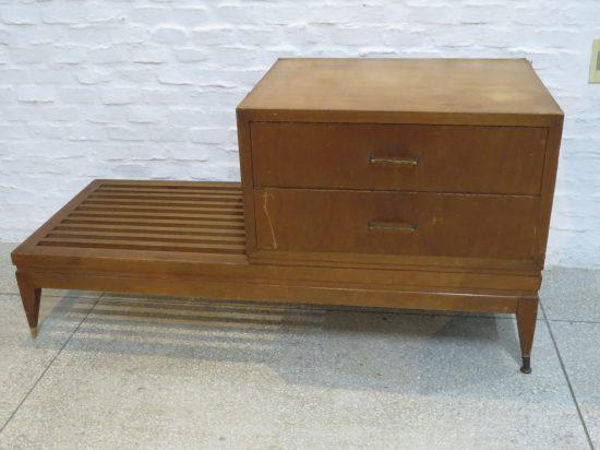 Lote: 69 - Lote: 69 - Mueble con 2 cajones y asiento