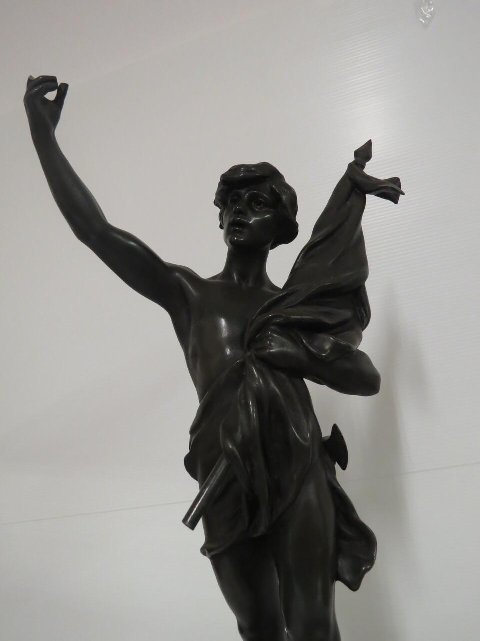 Lote: 58 - Lote: 58 - Reloj de masa con onix y figura en bronce sellada