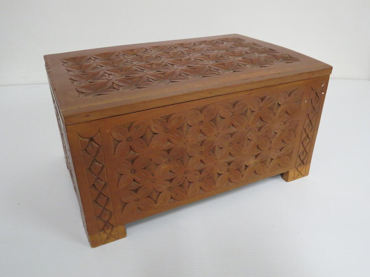 Lote: 2 - Lote: 2 - Caja de madera tallada
