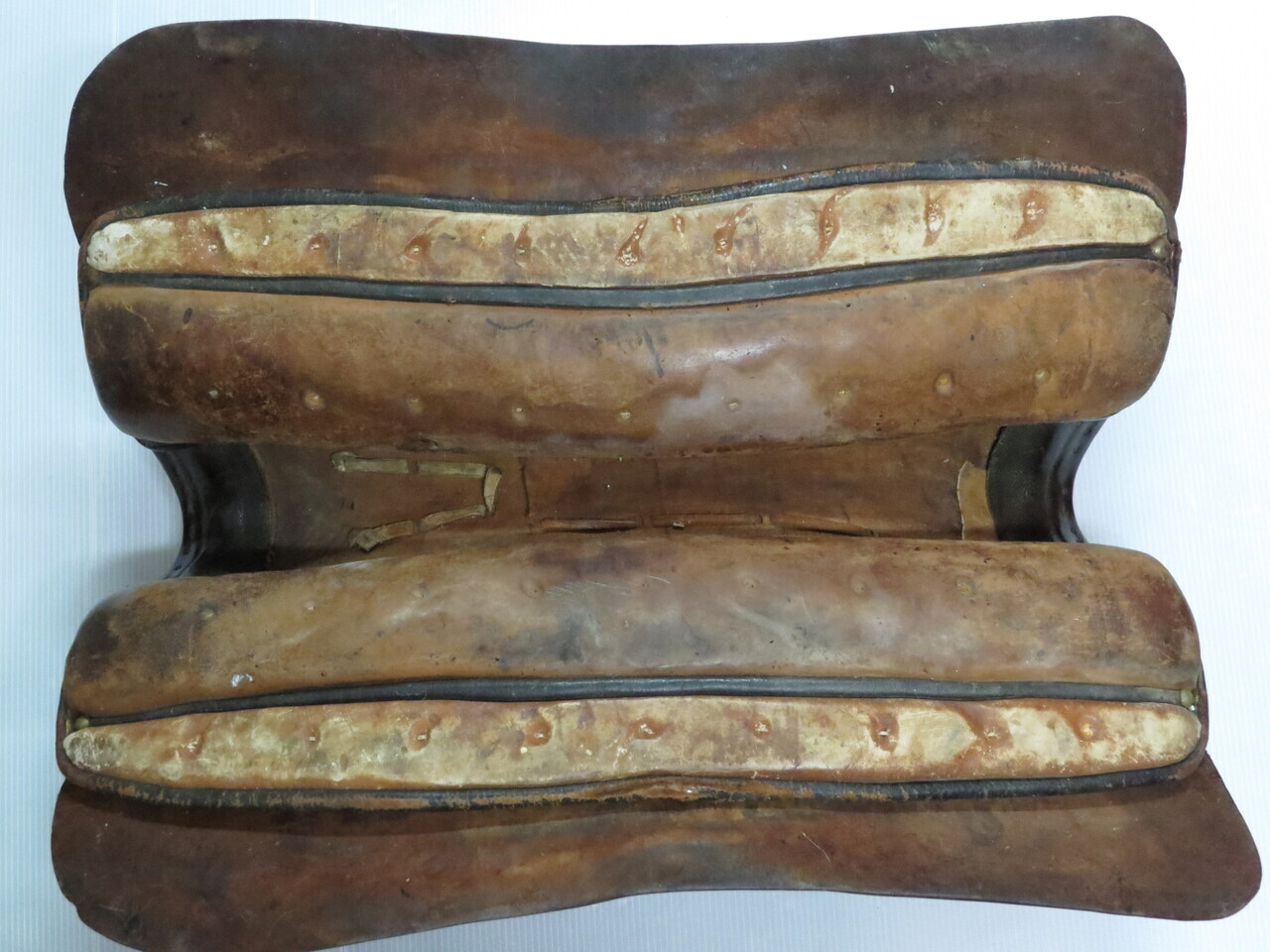 Lote: 45 - Lote: 45 - Recado antiguo con cabezada de plata y oro