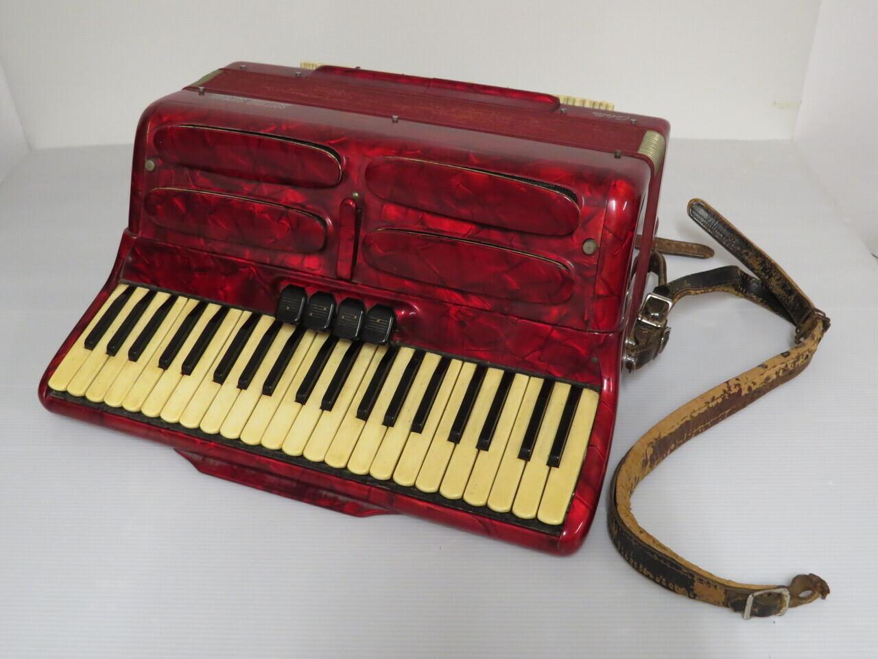 Lote: 111 - Lote: 111 - Acordeón a piano